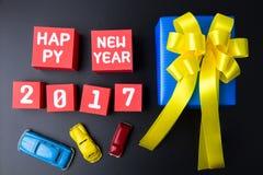Huidig giftvakje en Gelukkig nieuw jaar 2017 aantal op rood document vakje Stock Foto's