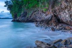 huidig zeewater bij de lange blootstelling bij zonsondergang royalty-vrije stock foto