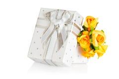 Huidige doos en bloem boutonniere stock foto's