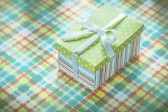 Huidige doos op het kleurrijke gecontroleerde concept van de tafelkleedvakantie Royalty-vrije Stock Afbeeldingen