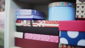 Huidige dozen in bloemwinkel stock video