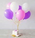 Huidige dozen en multicolored ballons Stock Fotografie