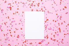 Huidige kaart met roze, rode harten op roze achtergrond stock fotografie
