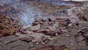 Huidige lava op de oppervlakte van de aarde Vloeibare lava stock video