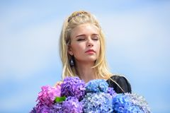 Huidzorg en schoonheidsbehandeling De lentebloei Zachte bloemen voor gevoelige vrouw Zuivere schoonheid Tederheid van jongelui royalty-vrije stock afbeeldingen