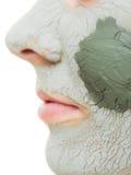 Huidzorg. Vrouw in het masker van de kleimodder op gezicht. Schoonheid. stock foto