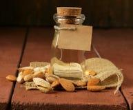 Huile d'amandes dans une bouteille en verre photo libre de droits