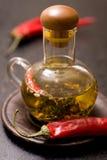 Huile d'olive avec des herbes et des épices dans la bouteille en verre Images libres de droits