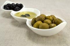 Huile d'olive avec des olives Photos stock