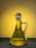 Huile d'olive avec des olives Photographie stock libre de droits