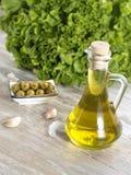 Huile d'olive avec des olives Image stock