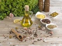 Huile d'olive avec des olives Photo libre de droits
