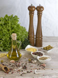 Huile d'olive avec des olives Photographie stock