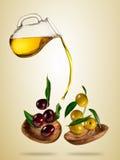 Huile d'olive avec des olives de vol dans des cuvettes en bois Photo libre de droits