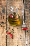 Huile d'olive avec des poivrons de piment Image stock