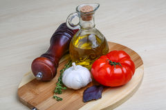 Huile d'olive avec le thym, ail Photographie stock libre de droits