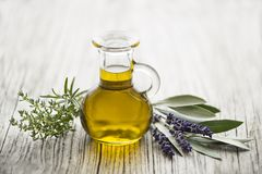Huile d'olive avec les herbes fraîches image stock
