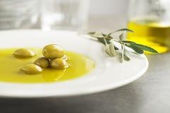 Huile d'olive avec les olives et la branche photo libre de droits