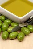 Huile d'olive avec les olives fraîches Images stock
