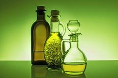 Huile d'olive dans des bouteilles images stock