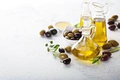 Huile d'olive dans des bouteilles de vintage Photos stock