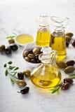 Huile d'olive dans des bouteilles de vintage Photographie stock libre de droits