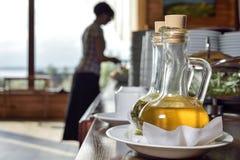 Huile d'olive dans un décanteur avec le bec Image libre de droits
