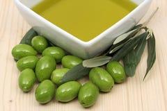 Huile d'olive dans une cuvette Images libres de droits