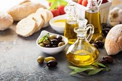 Huile d'olive en bouteilles de vintage et ingrédients italiens de cuisine Images stock