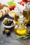 Huile d'olive en bouteilles de vintage et ingrédients italiens de cuisine Images libres de droits