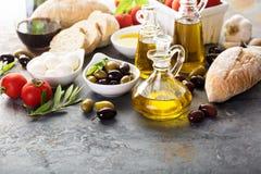 Huile d'olive en bouteilles de vintage et ingrédients italiens de cuisine Photographie stock