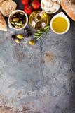 Huile d'olive en bouteilles de vintage et ingrédients italiens de cuisine Photos libres de droits