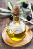 Huile d'olive et olives fraîches Images stock
