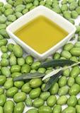 Huile d'olive et olives vertes Photographie stock libre de droits