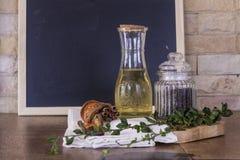 Huile d'olive et peper noir sur le fond de panneau de craie Photo stock