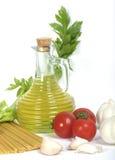 Huile d'olive et spagetti avec des légumes Image libre de droits