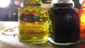Huile d'olive et vinaigre balsamique banque de vidéos