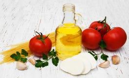 Huile d'olive, fromage de mozzarella, spaghetti, ail et tomates Photographie stock libre de droits