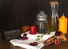 Huile d'olive, peper, bougie sur le hachoir Images stock