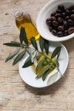 Huile d'olive sur la table en bois Image libre de droits
