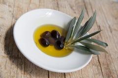 Huile d'olive sur la table en bois Photos stock
