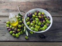 Huile d'olive sur la table en bois Photographie stock libre de droits