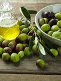 Huile d'olive sur la table en bois Photo libre de droits