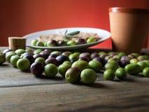 Huile d'olive sur la table en bois Images stock