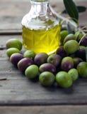 Huile d'olive sur la table en bois Photos libres de droits