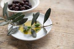Huile d'olive sur la table en bois avec du pain Image stock