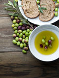 Huile d'olive sur la table en bois avec du pain Photos libres de droits