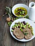 Huile d'olive sur la table en bois avec du pain Images stock