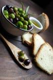 Huile d'olive sur le bois Photographie stock