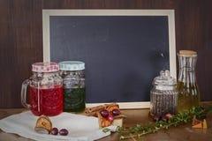 Huile d'olive, thé de roselle, thé vert sur le backgroun vide de panneau de craie Image libre de droits